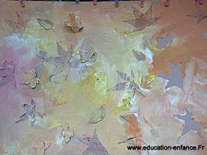 Peinture et collage de feuilles en atelier collectif
