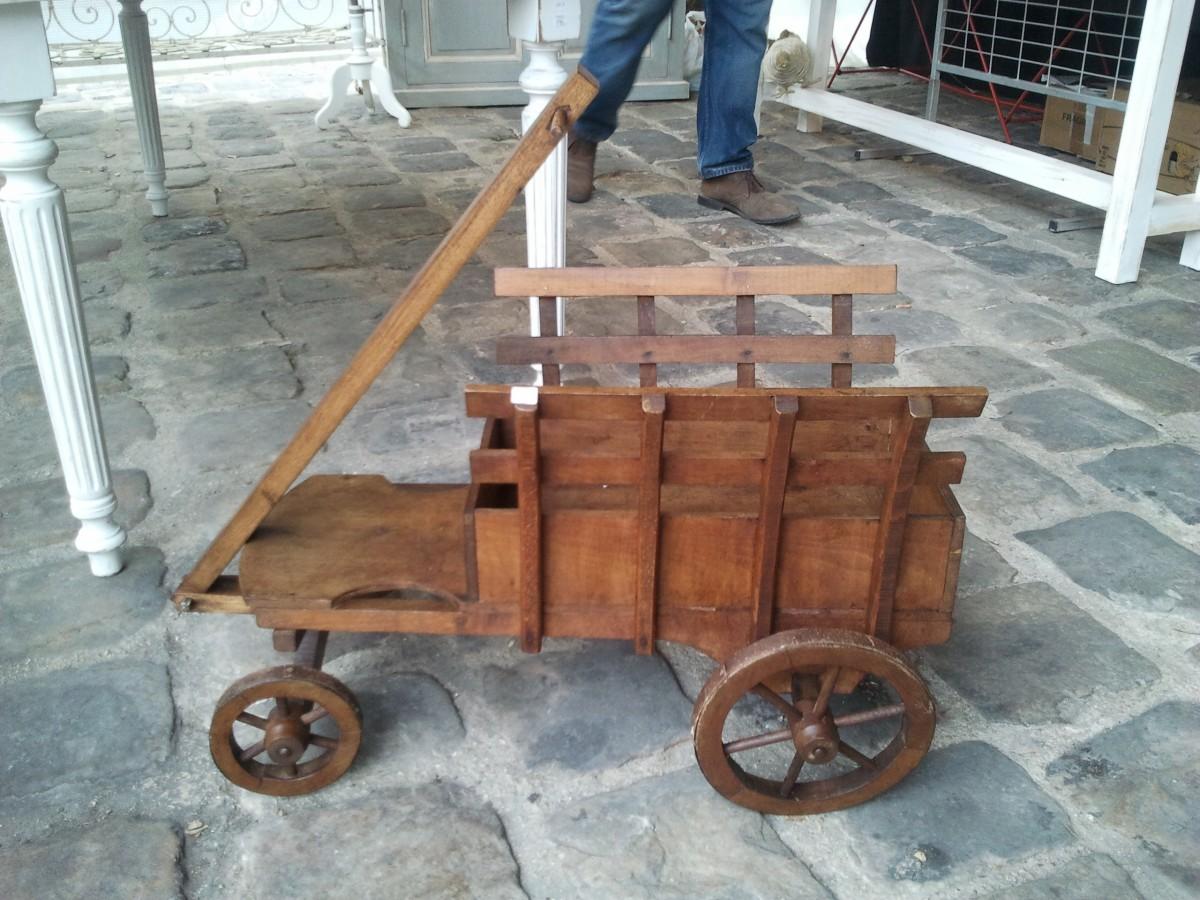 Charrette en bois pour transporter les enfants