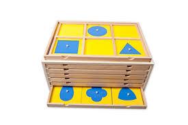 Apprendre les figures géométriques en s'inspirant du cabinet de géométrie Montessori