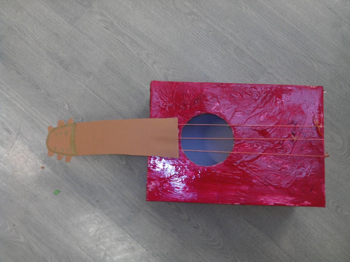 Activité annuelle fête des pères: Fabriquer une guitare en carton