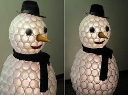 Réaliser un bonhomme de neige avec des gobelets en plastique