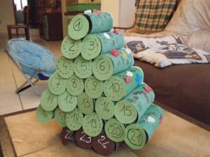 calendrier de l 39 avent fabriquer en forme de sapin avec des rouleaux de papier toilette. Black Bedroom Furniture Sets. Home Design Ideas