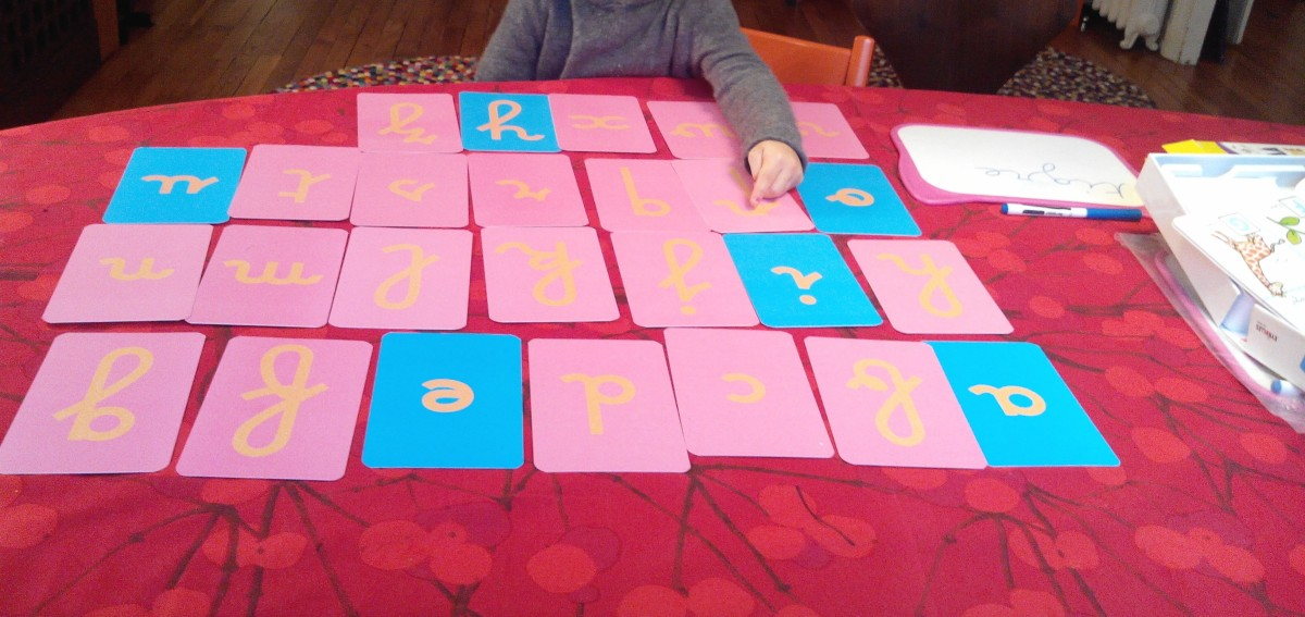 Montessori-Apprendre à lire et ecrire avec les lettres rugueuses (Dès 3 ans)