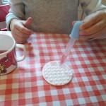 """Atelier Montessori """"vie pratique sensorielle""""travailler la pince Remplir les alvéoles d'eau avec une pipette"""