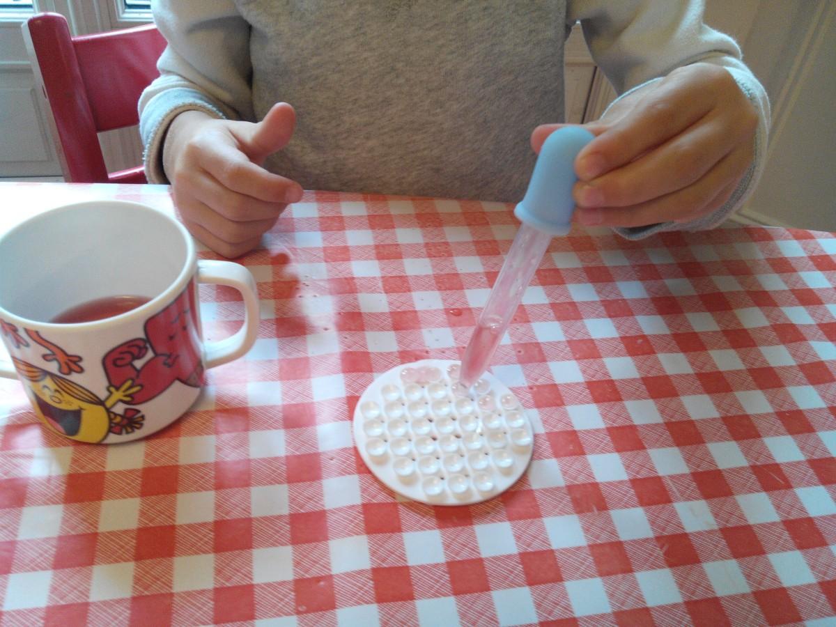 Atelier Montessori «vie pratique sensorielle»-travailler la pince-Remplir les alvéoles d'eau avec une pipette