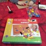 Atelier Montessori-planter les clous avec le marteau ou avec les doigts dans un morceau de liège