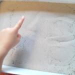 Montessori-Apprentissage de l'écriture dans le sable