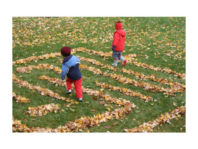 Jeux automnal: labyrinthe en feuilles d'automne