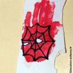 Super-héros en empreintes de mains