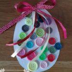 Oeuf de Pâques à fabriquer avec de jolis nœuds et boutons