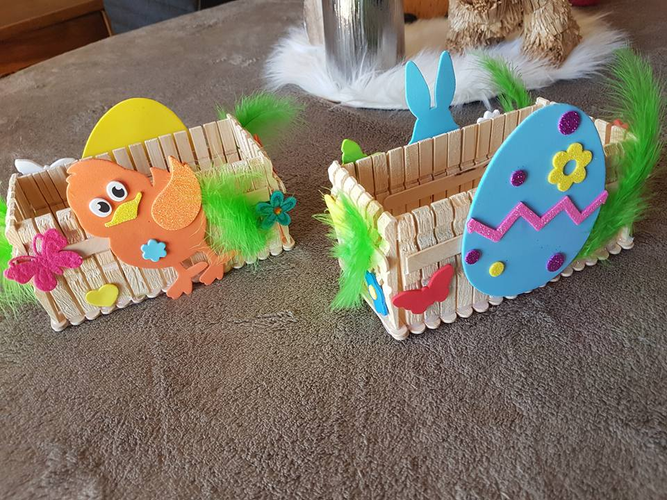 Joli panier pour pâques à fabriquer et à décorer de gommettes
