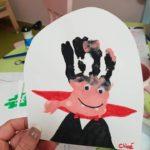 un vampire fait avec la main d'un enfant en peinture